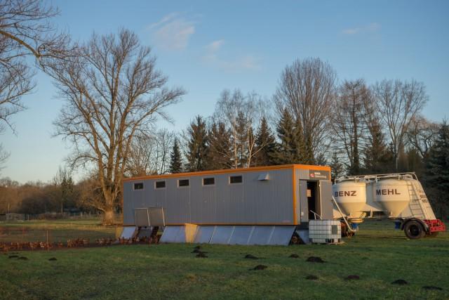 Mobiler Hühnerstall mit Futterwagen
